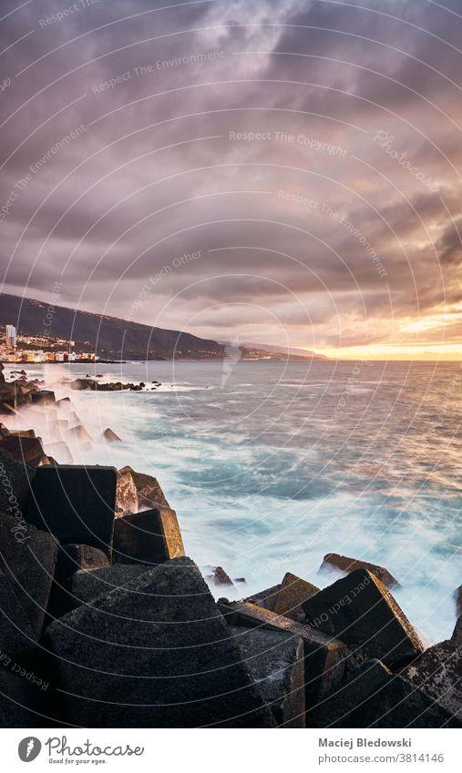 Malerischer Sonnenuntergang mit gegen Felsen schlagenden Wellen, Teneriffa, Spanien. Kanarische Inseln Puerto de la Cruz winken Meer MEER Natur Strand reisen