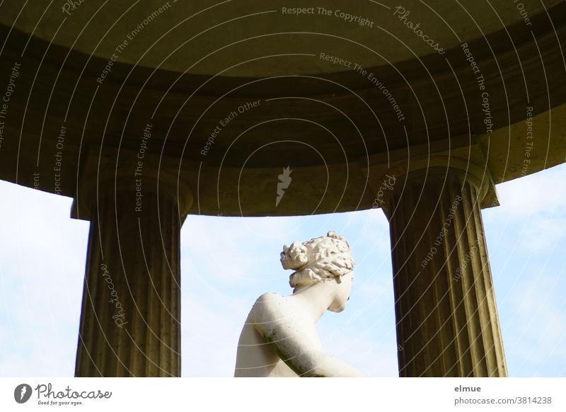 Etwas verlegen blickt die römische Göttin der Liebe und Schönheit im Venustempel in die Ferne. Statue abgewandt Tempel Teilansicht Denkmal Kunst