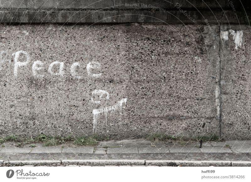 'Peace' -Schriftzug auf grober rauen Betonwand Wort Schmiererei Zeichen Buchstaben Schriftzeichen Sprayerei sprayen sprayer Mauer handschriftlich typografisch