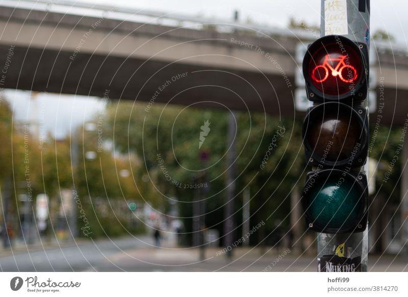 rote Fahrradampel Ampel rote Ampel Licht Lampe Straßenverkehr Verkehrswege warten Verkehrszeichen Fahrradfahren Warnhinweis Straßenkreuzung Stadt Fahrradweg