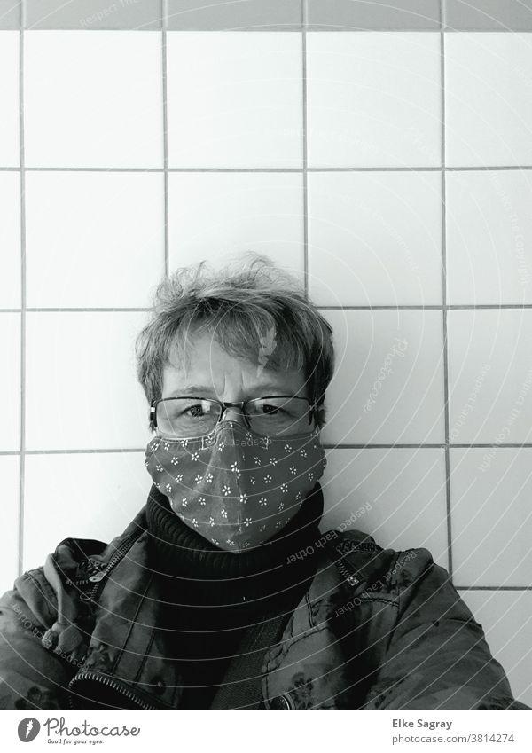 Selbstbildnis mit Maske Frau Gesicht Mensch Schwarzweißfoto Auge Blick corona