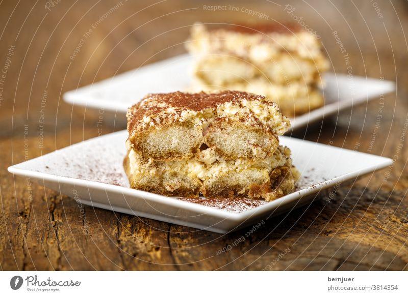 Tiramisu auf weißen Tellern tiramisu rustikal süß Kaffee Dessert italienisch Süßspeise Restaurant Scheibe Servieren Käse Schokolade Keks Stück Gebäck Mascarpone
