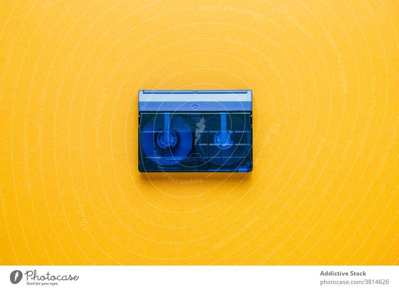 Vintage-Bandkassette auf gelbem Hintergrund Kassette Klebeband Audio retro altehrwürdig altmodisch kompakt durchsichtig analog Musik stereo veraltet Kunststoff
