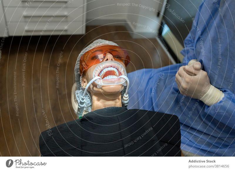 Zahnarzt behandelt Patient in der Klinik Zahnmedizin Stomatologie Gerät geduldig Scan untersuchen Werkzeug professionell dental Medizin mündlich Seuche sicher