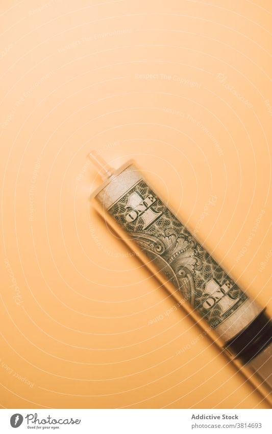 Dollarschein in Plastikspritze im Studio Spritze Rechnung Wirtschaft Süchtige Medikament Finanzen Konzept Wiederherstellung Banknote medizinisch Gewerbe