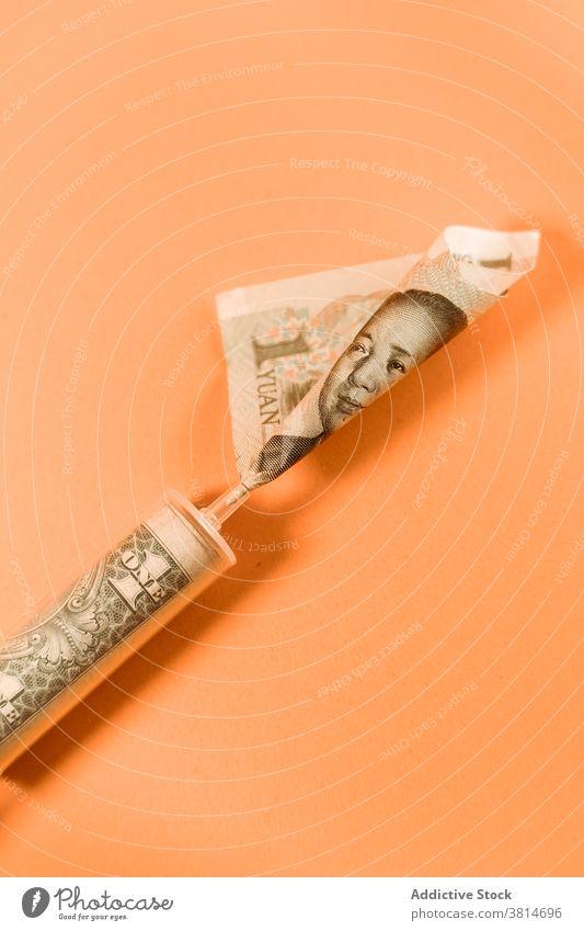 Spritze mit Dollar- und Yuan-Scheinen auf dem Tisch im Studio Rechnung Wechseln Währung Konzept Wirtschaft Finanzen Banknote medizinisch Gewerbe Haushaltsplan