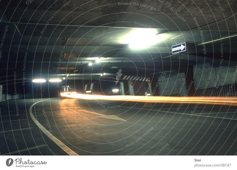 Parkhaus bei Nacht Stadt dunkel Architektur Beton trist bedrohlich Tiefgarage Lichtstreifen