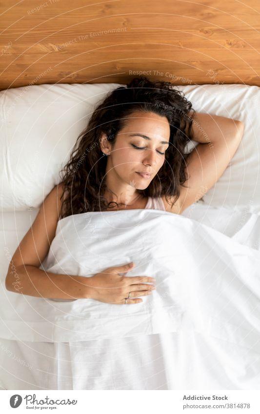 Sanfte Frau schläft im Schlafzimmer zu Hause schlafen Bett Komfort weich Kopfkissen Decke Windstille träumen Pyjama Lügen heimwärts gemütlich friedlich