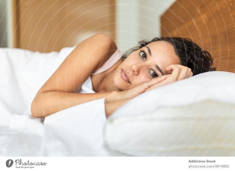 Sanfte Frau liegend im Schlafzimmer zu Hause schlafen Bett Komfort weich Kopfkissen Decke Windstille träumen Pyjama Lügen heimwärts gemütlich friedlich