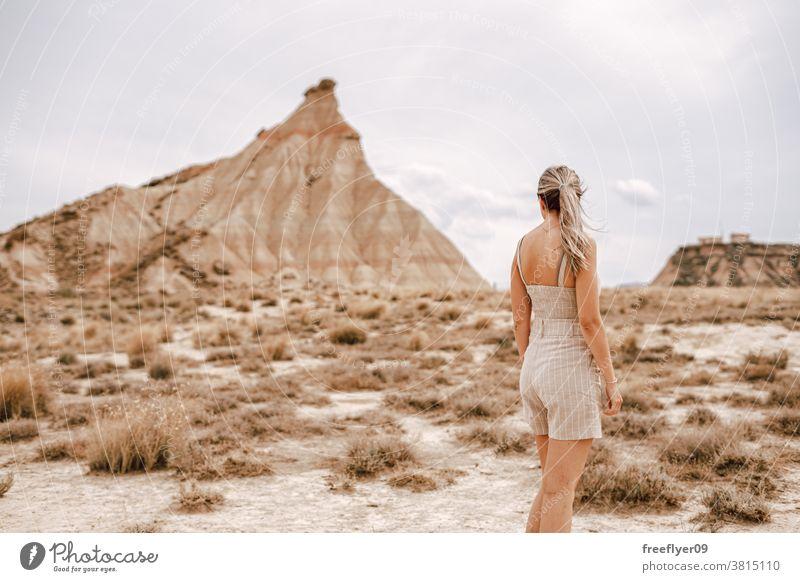 Junge Frau in der Wüste Tourist blond jung 20s Tourismus reisen wüst Textfreiraum eine Berge u. Gebirge barcenas Reales Navarra kultig Wahrzeichen Spanien Natur