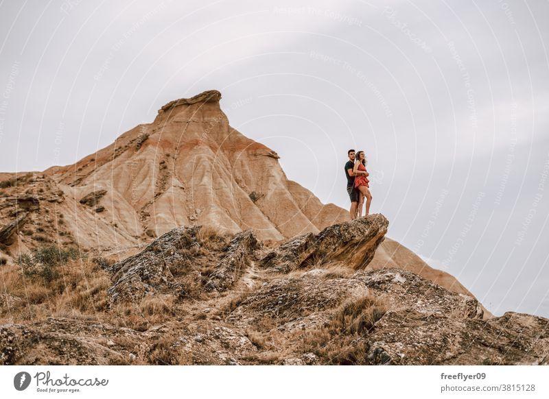 Ehepaar auf einem Felsen in einer Wüstenlandschaft Paar Flitterwochen wüst Abenteuer romantisch heterosexuell Freiheit Sightseeing laufen Touristen