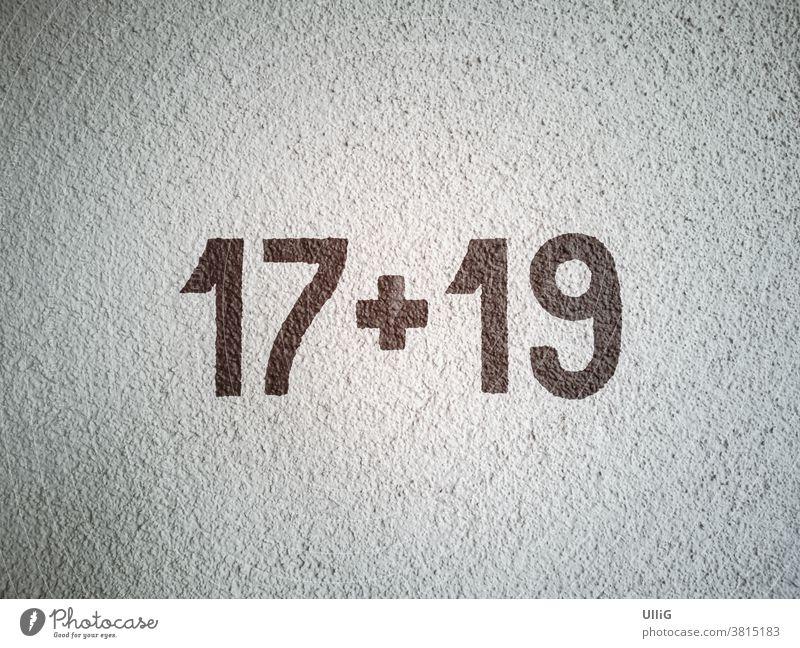Rechenaufgabe 17 plus 19 - Hausnummern, dargestellt als Rechenaufgabe 17 + 19 an einer Hauswand. Mathematik Nummer Zahl Ziffer Wand Putzwand Oberfläche