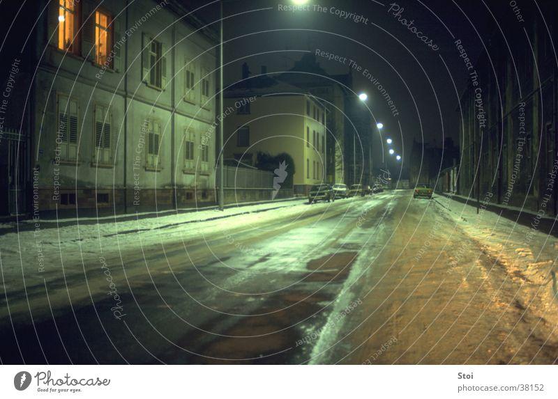 Winternacht Stadt Einsamkeit Straße kalt Schnee Architektur leer Straßenbeleuchtung