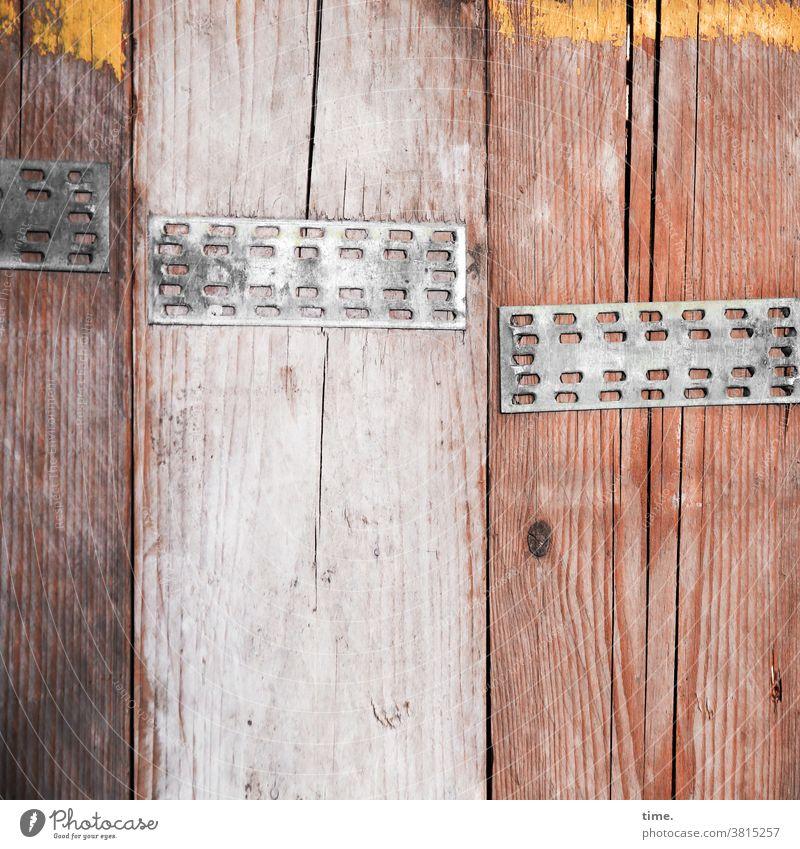 Geschichten vom Zaun (81) bauzaun bauholz sichtschutz Strukturen & Formen blickdicht skurril seltsam rästelhaft streifen grob tageslicht eisen farbe maserung
