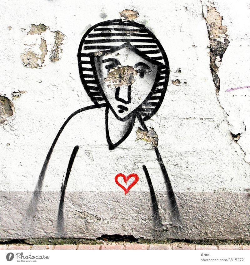 Kunst am Bau | Frau mit Herz grafitti mauer wand alt trashig schwarz farbe gepinselt herz abblättern straße hauswand frau feminin zeichnung gemälde