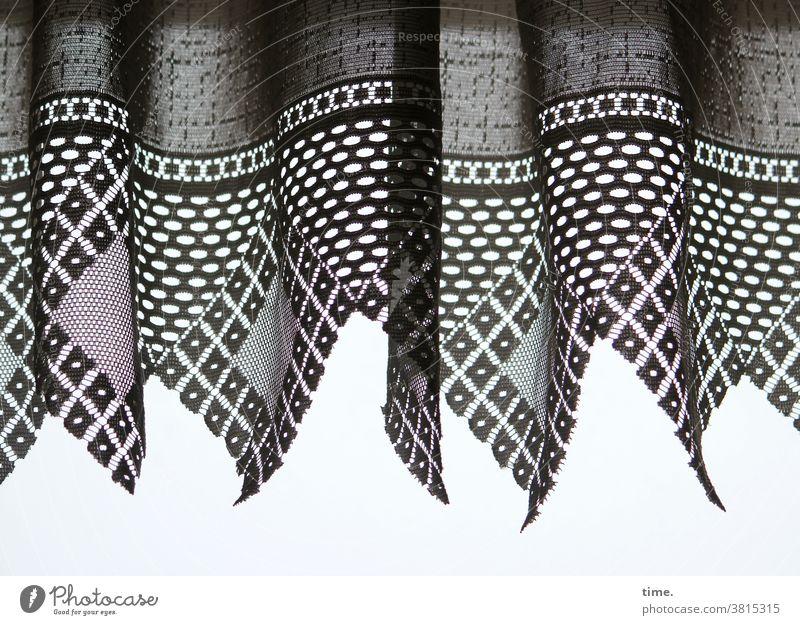 Kunststoff gardine vorhang hängen verdecken grenze licht falten faltenwurf öffnung deko leicht spitz silhouette webware