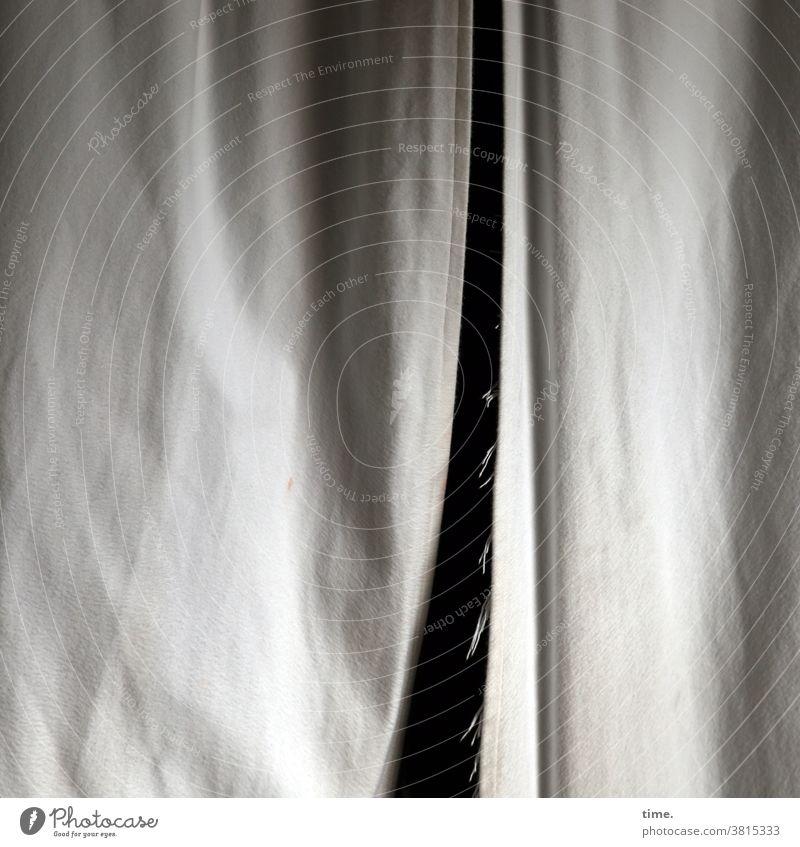 Rohstoff gardine vorhang hängen verdecken geheimnis verhüllen schutz sicherheit grenze licht schatten falten faltenwurf schwer öffnung