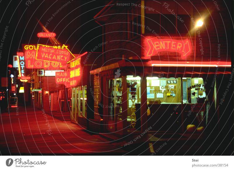 Motel bei Nacht rot dunkel Architektur USA Hotel Neonlicht Motel