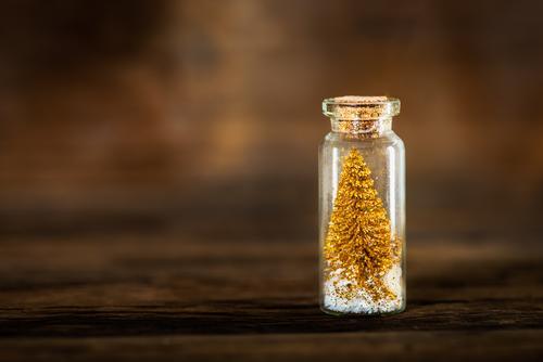 Goldene Miniatur-Weihnachtsbäume in Glaskugeln Baum Weihnachten Christbaumkugeln Flasche ungewöhnlich Postkarte Hintergrund Feiertag Jahr neu Kiefer