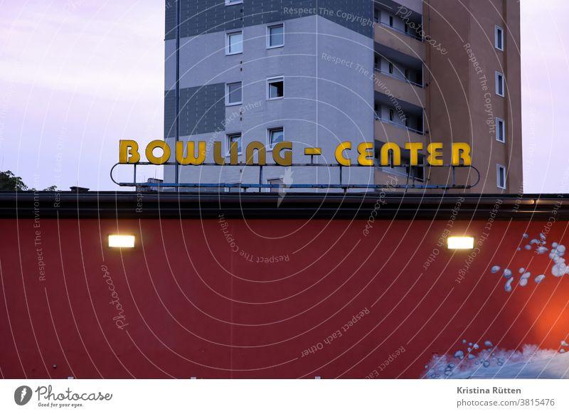 bowling-center leuchtreklame bowlingcenter leuchtschrift neonreklame neonschild typo typografie gebäude haus fassade architektur dämmerung leuchten kaputt