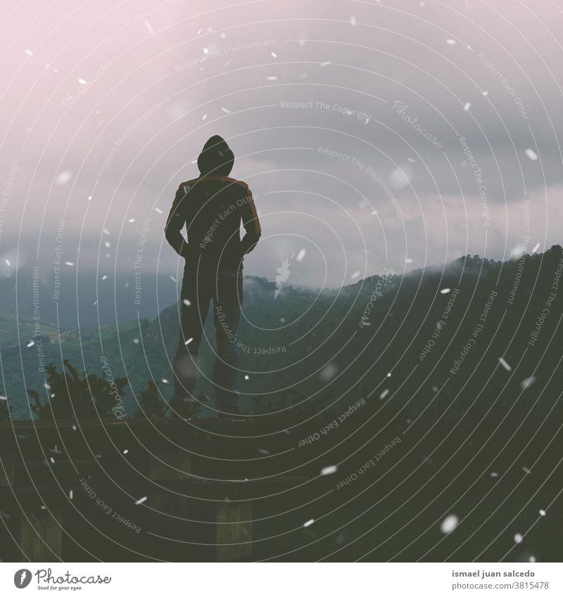 Mann im Berg in der Wintersaison, Achtsamkeit Zeit Person allein Einsamkeit Natur Landschaft Berge u. Gebirge Wald Ansicht reisend Stehen Abenteuer Lifestyle