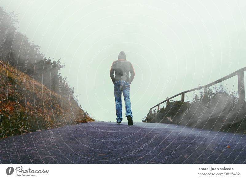 Mann in den Bergen unterwegs, nebliger Tag Person Menschen allein Einsamkeit Natur Landschaft Straße Berge u. Gebirge Wald Ansicht reisend laufen Stehen