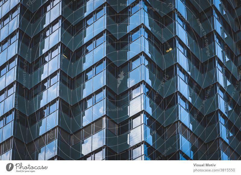 Geometrisch verglaste Fassade eines Bürogebäudes Gebäude Architektur Außenseite Struktur Konstruktion Fenster urban Metropolitan geometrisch abstrakt Design