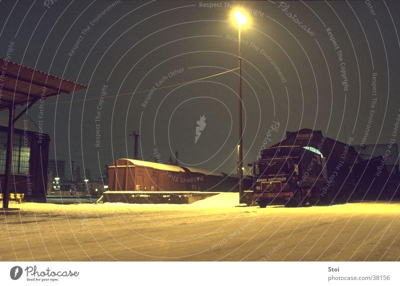 Güterbahnhof bei Nacht Winter ruhig Einsamkeit kalt Schnee Eisenbahn Industriefotografie Bahnhof Straßenbeleuchtung