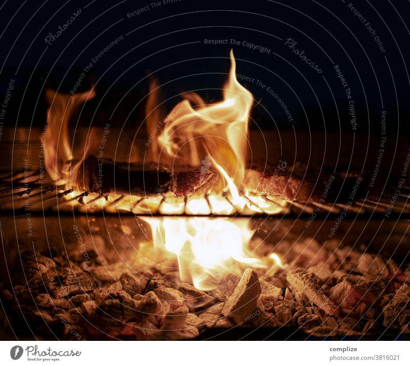 Grill & Fleisch Grillplatz grillfleisch Grillsaison Grillkohle Glut Feuer Wärme Rost Grillen Grillrost Sommer Ernährung heiß Detailaufnahme