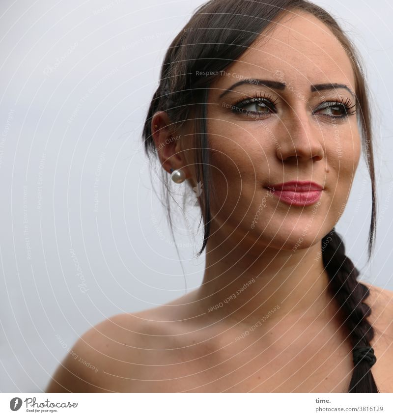 Nastya feminin zopf dúnkelhaarig blick selbstbewusst Wachsamkeit Blick nach vorn Konzentration Inspiration Neugier schön Zufriedenheit warten beobachten