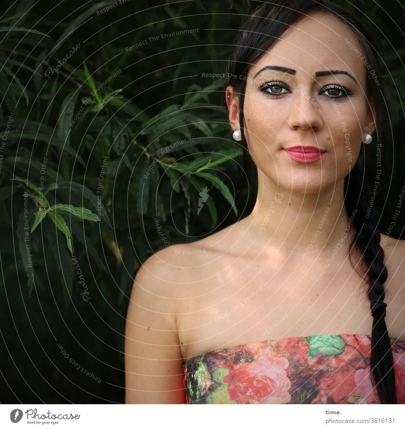 Nastya sommer blick zopf schwarzhaarig stolz schmuck draußen kleid frau feminin intensiv direkt kritisch skeptisch portrait