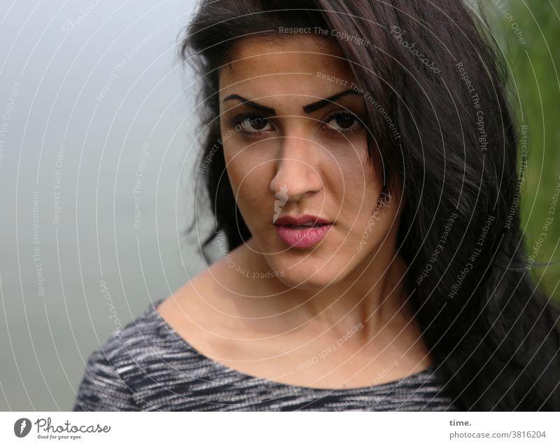 Estila konzentration kontrolle prüfend skeptisch ernsthaft langhaarig schwarzhaarig blick feminin frau