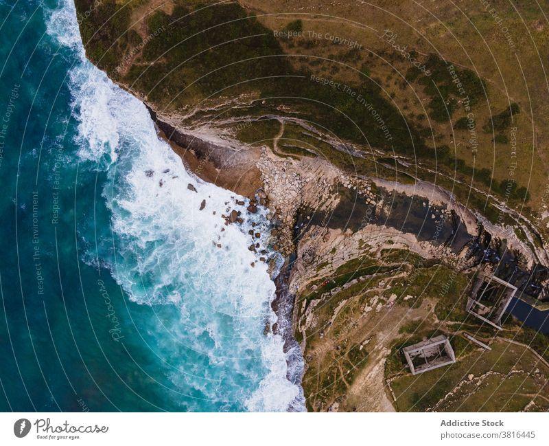 Erstaunlicher Blick auf das azurblaue Wasser des Meeres am Ufer türkis Meereslandschaft Küste MEER Windstille Küstenlinie rau Strand Natur malerisch idyllisch