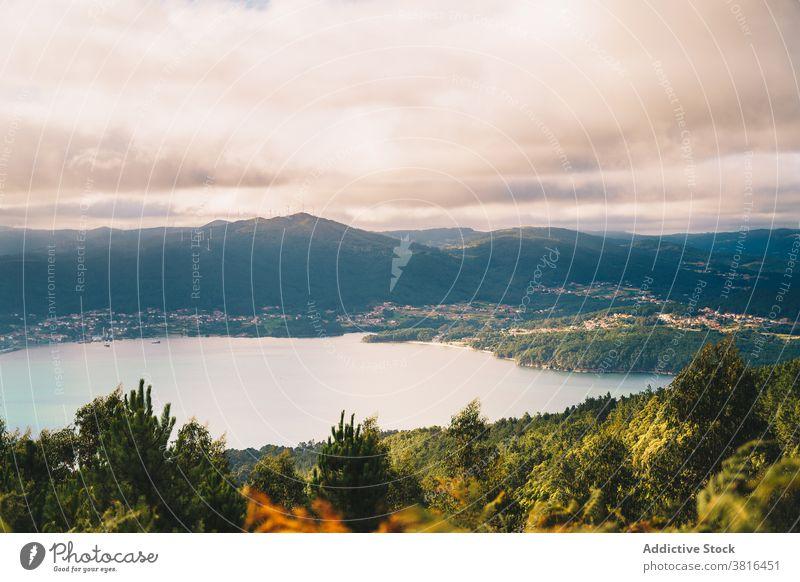 Szenerie des Sees in bergigem Gelände Berge u. Gebirge Sonnenuntergang Landschaft Teich Natur wolkig Windstille Sonnenlicht Abend idyllisch Wasser Hügel