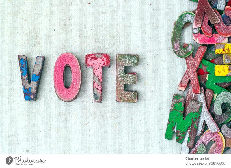 das Wort VOTE mit alten Holzbuchstaben Abstimmung Wähler Politik Konzept hölzern Brief Symbol Hintergrund Text Regierung Wahl Vorsitzender Demokratie amerika