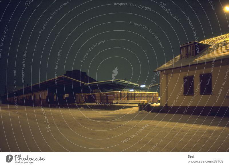 Güterbahnhof in Winternacht Winter Einsamkeit dunkel kalt Schnee Verkehr Güterbahnhof