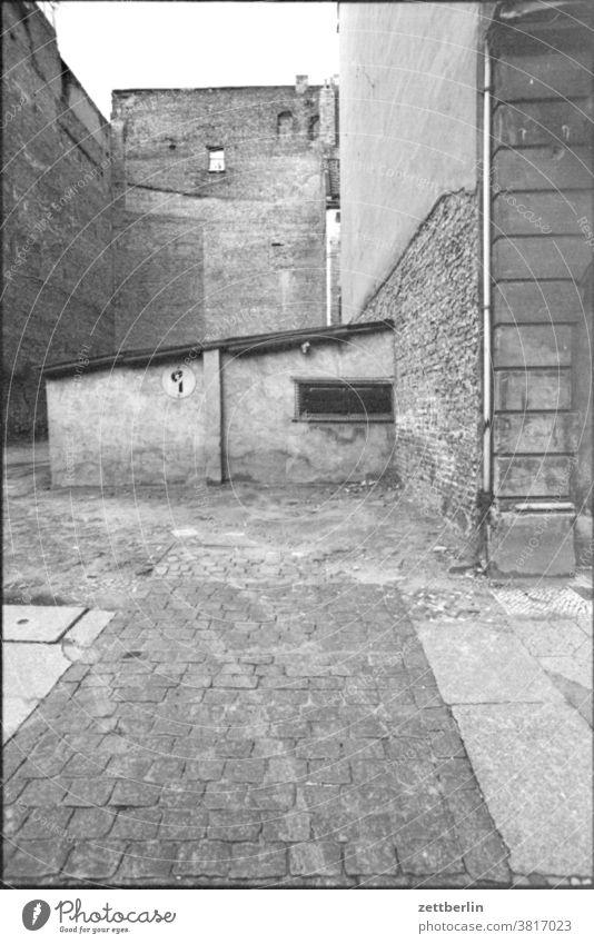 Alte unbekannte Architektur in Ostberlin haus gebäude hinterhaus ecke nische innenhof garage schuppen parkverbot. einfahrt freihalten schild verkehrsschild