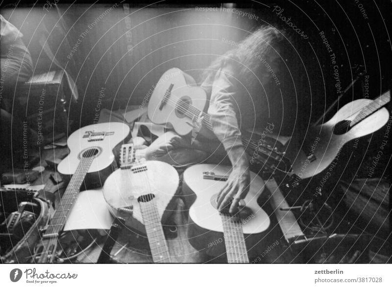 Fünf Gitarren und ein Gitarrist gitarre musik hausmusik folk folklore jazz musizieren solo probe üben technik mann mensch jugendlicher spiel spaß Musik