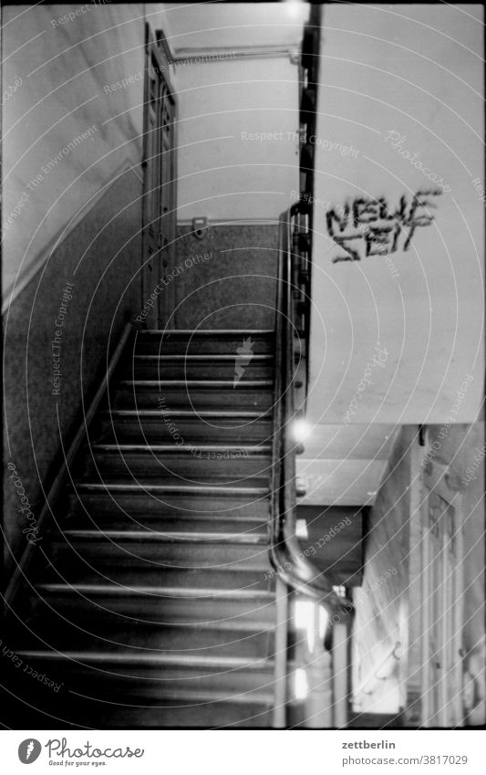 Neue Zeit im alten Treppenhaus wohnhaus treppenhaus geländer treppengeländer absatz treppenabsatz altbau mietshaus ostberlin aufstieg abstieg neue zeit