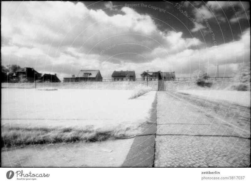 Hohen Neuendorf, vor dem alten Rathaus siedlung stadt ortschaft platz wiese festplatz himmel wolke straße sommer herbst menschenleer textfreiraum