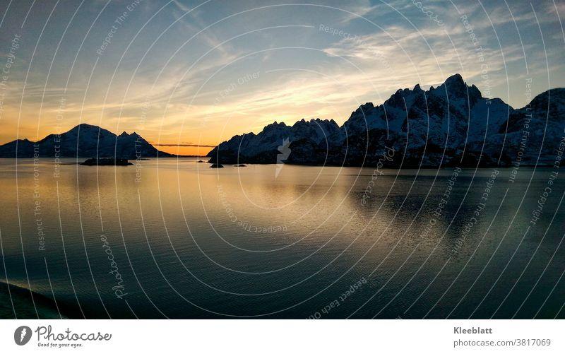 Norwegen - mit dem Schiff - südgehend bei traumhaftem Sonnenuntergang am Trollfjord, an den Lofoten vorbei Ferien & Urlaub & Reisen Insel Landschaft Natur Meer