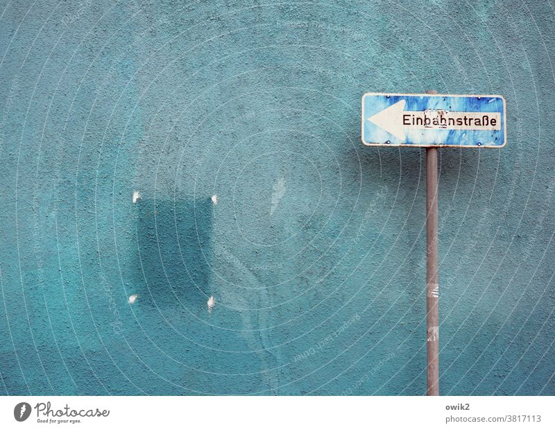 Gelegenheit Schilder & Markierungen Hinweisschild Verkehrsschild Verkehrszeichen Einbahnstraße Buchstaben Fassade Wand Außenaufnahme Stadt Menschenleer Mauer