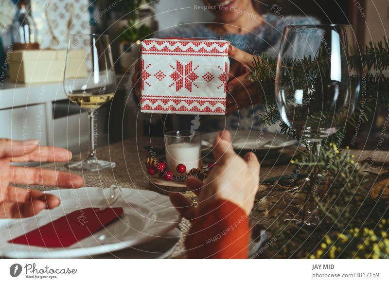 Glückliche Familie beim Öffnen von Weihnachtsgeschenken, Schwestern beschenken sich gegenseitig am Weihnachtstisch, Family Together Christmas Concept.