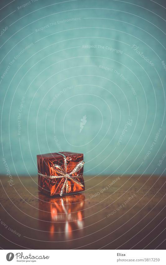 Kleines rotes Weihnachtsgeschenk Weihnachten Geschenk Geschenkverpackung Weihnachtenrot klein blau Textfreiraum Copyspace Weihnachten & Advent schenken