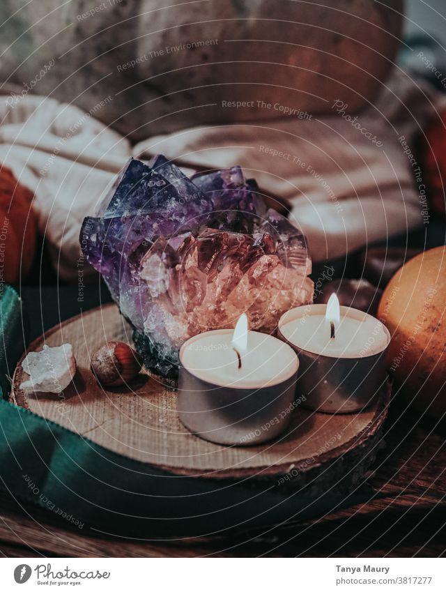 Amethyststein mit Kerzen Stein Heilung Juwel Mineral purpur Beautyfotografie halbedel Edelstein Amethystkristall Amethyst Edelstein Schatz violett Amethystgeode