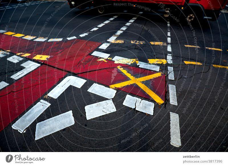 Kreuzung mit Verkehr abbiegen asphalt ecke fahrbahnmarkierung fahrrad fahrradweg hinweis kante kurve linie links navi navigation orientierung pfeil rechts