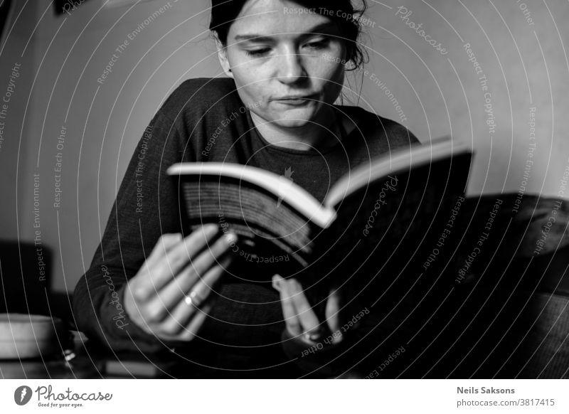Junge Frau beim Lesen eines Buches lesen Bücher sich[Akk] entspannen attraktiv schön Schönheit bequem tröstlich Komfort Mädchen jung Behaarung Hand heimwärts