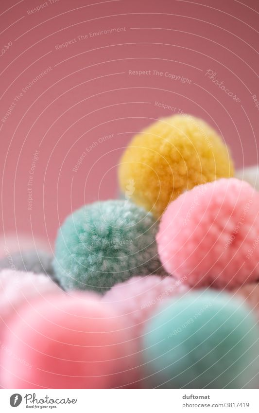 Nahaufnahme von Pastell-farbigen Ponpons soft Perspektive bommel Pastellton pastell Hintergrundbild weich Wolle Wollknäuel wollig Handarbeit Freizeit & Hobby