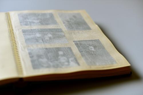Verblasste Erinnerungen. Alte Fotos in einem Fotoalbum. Vergänglichkeit Vergangenheit Kindheit analog Nostalgie Fotografie früher Familienalbum