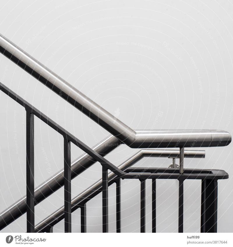Treppengeländer, Handlauf und weiße Wand Gelander Geländer aufwärts minimalistisch Minimalismus einfach modern Treppenhaus abwärts Edelstahl glänzend gebürstet